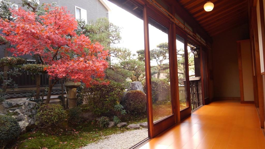 紅葉が映える日本庭園と、書院造の和室とのコントラストが美しい邸宅を公開します!